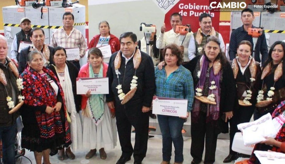 Carlos Peredo y Miguel Barbosa entregan apoyos a campesinos en región de Teziutlán