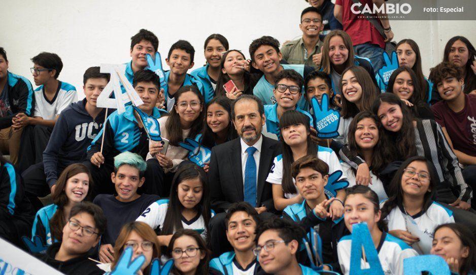 Esparza y Premio Nacional Emprendedor 2014 conviven con estudiantes de prepa 2 de Octubre