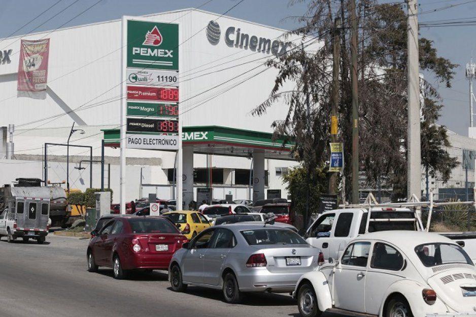 Chilangos cargan gasolina en Puebla ante desabasto en CDMX y Edomex