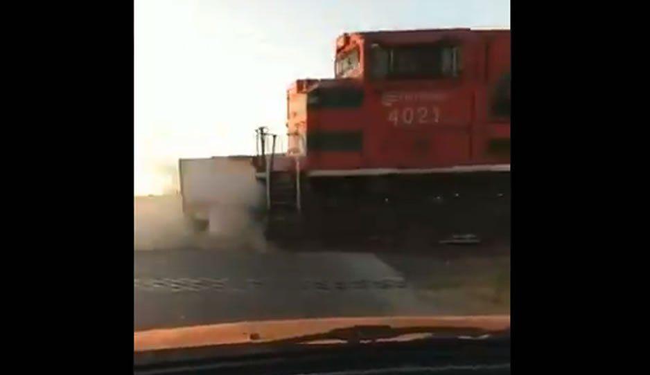 Así fue como el tren arrolló a una camioneta que hacía fila para cargar gasolina (VIDEO)