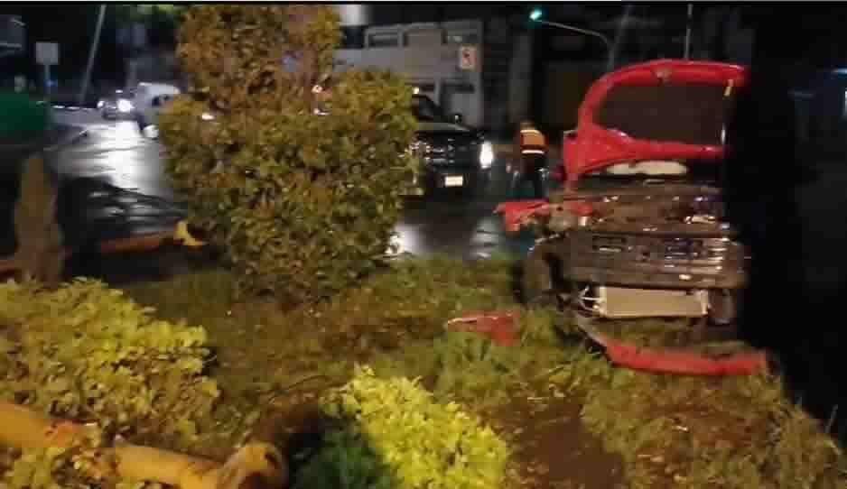 Vehículo con reporte de robo choca y derriba semáforo en la 11 Sur