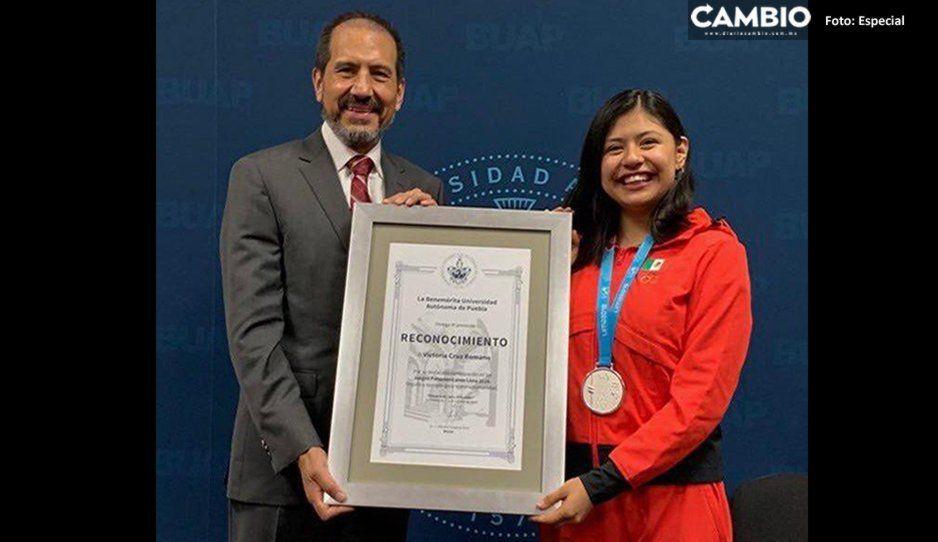 ¡Orgullo poblano! Entrega BUAP reconociendo a Victoria Cruz tras su participación en los Panamericanos