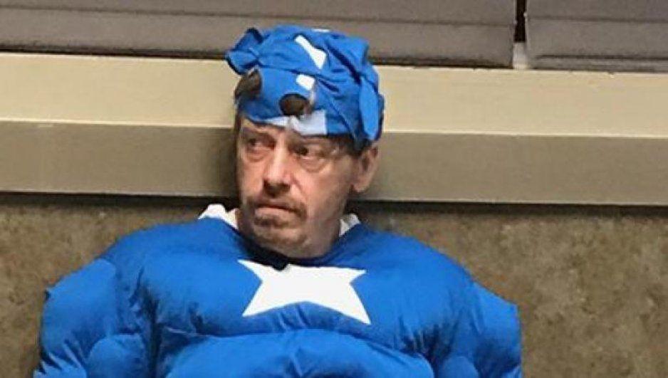 Arrestan a ladrón de vivienda disfrazado de Capitán América