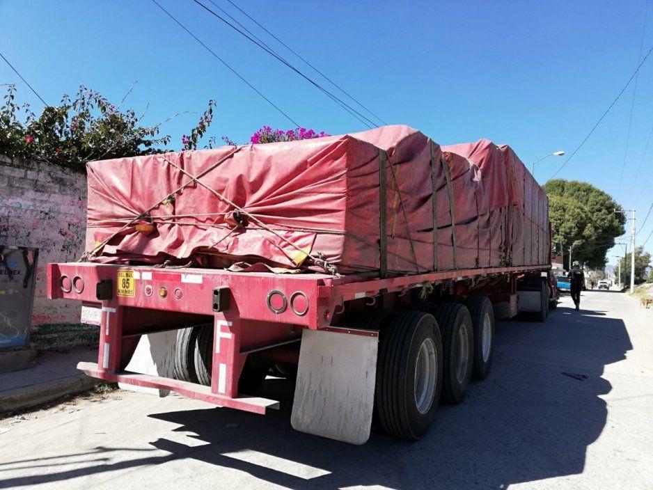 Policías recuperan tracto camión abandonado cargado con tabla roca en Texmelucan
