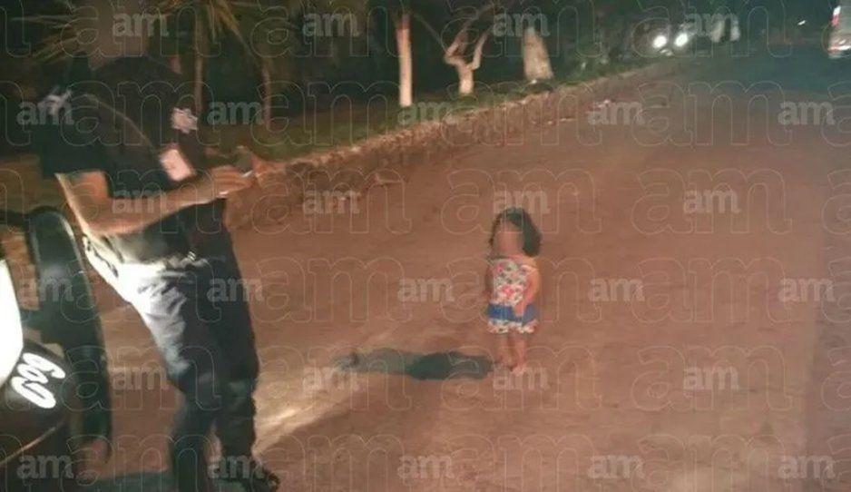 Niñita de año y medio pasa caminando en medio de un operativo policíaco