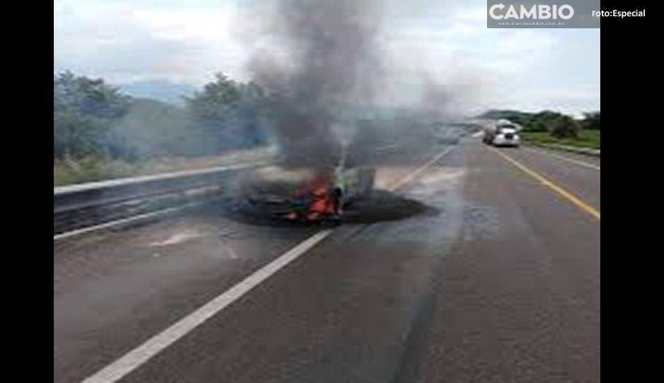 De terror: prenden fuego a taxista  con todo y su automóvil en Atlixco