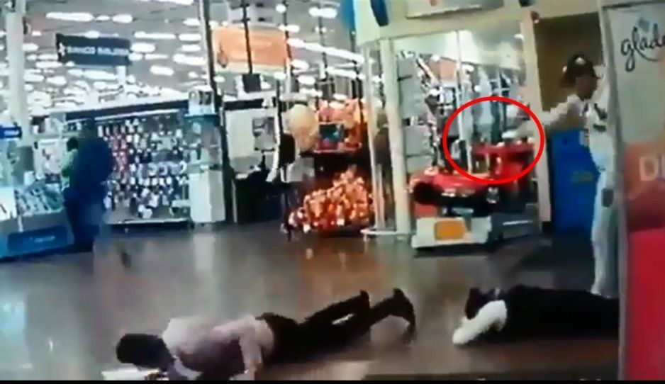 ¡Macabro atraco al Walmart! Así encañonaron a clientes y empleados de la tienda (VIDEO)