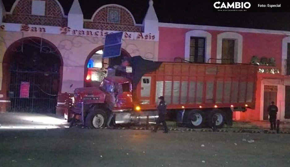 Durante persecución, camión derriba dos postes de luz y arrastra un automóvil en Tepeaca