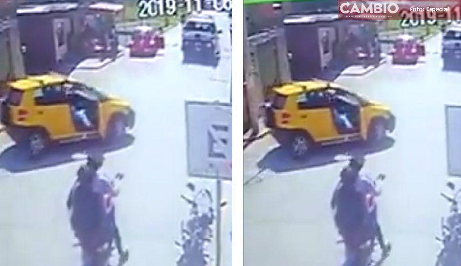 VIDEO: Levantan a una mujer frente a policías en el zócalo de Cuautlancingo