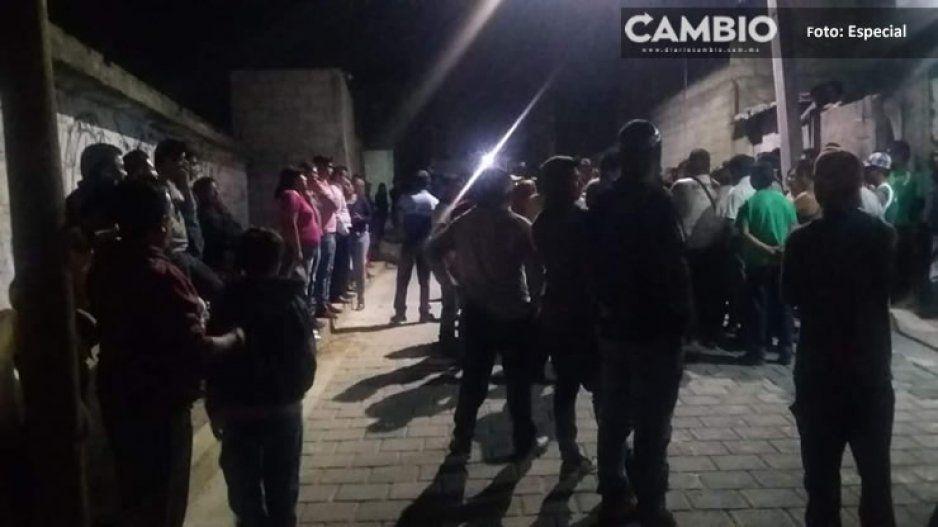 Pobladores de Amozoc dan tremenda golpiza a presunto ladrón; policías lo salvan de ser incinerado