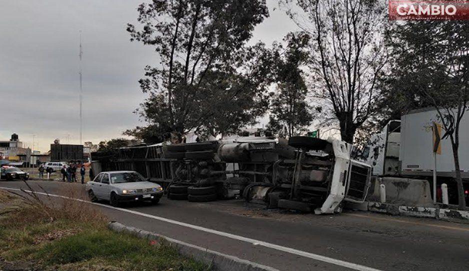 ¡La cagó! Vuelca tráiler con pañales en la autopista México-Puebla