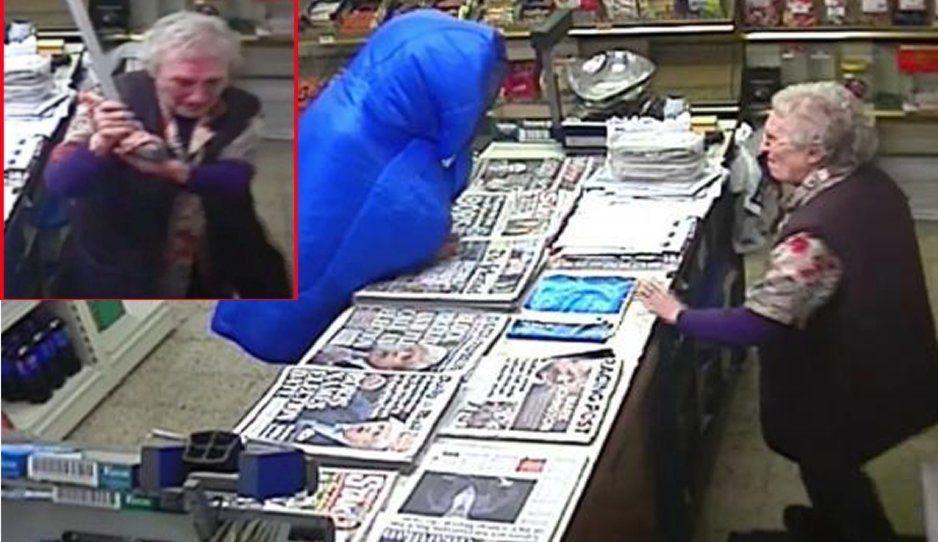 Valiente anciana golpea a bastonazos a ladrón que quiso robar en su tienda (VIDEO)