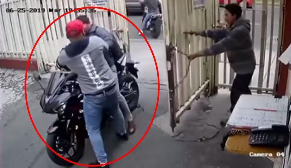 VIDEO: En 30 segundos le quitan la moto el casco y hasta la mochila