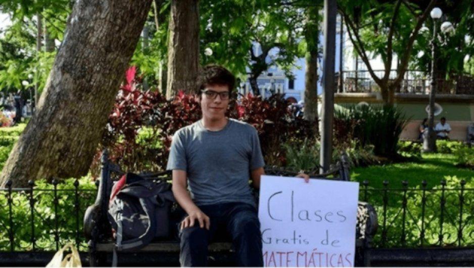 Él es Axel Roberto; ofrece clases gratis de matemáticas