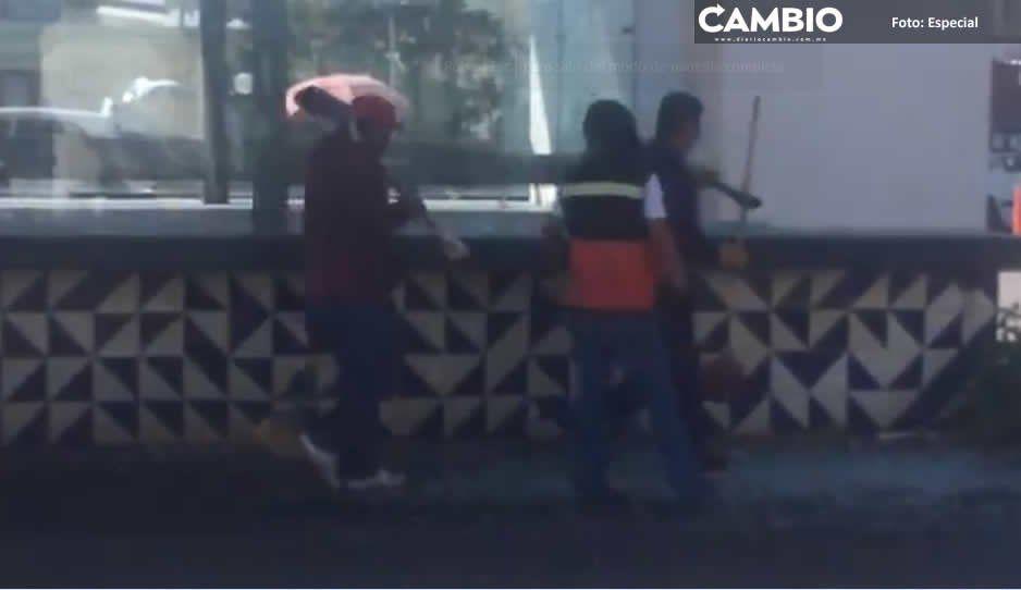 Sale de la farmacia, le intentan robar y les dispara frente a parada del metrobús