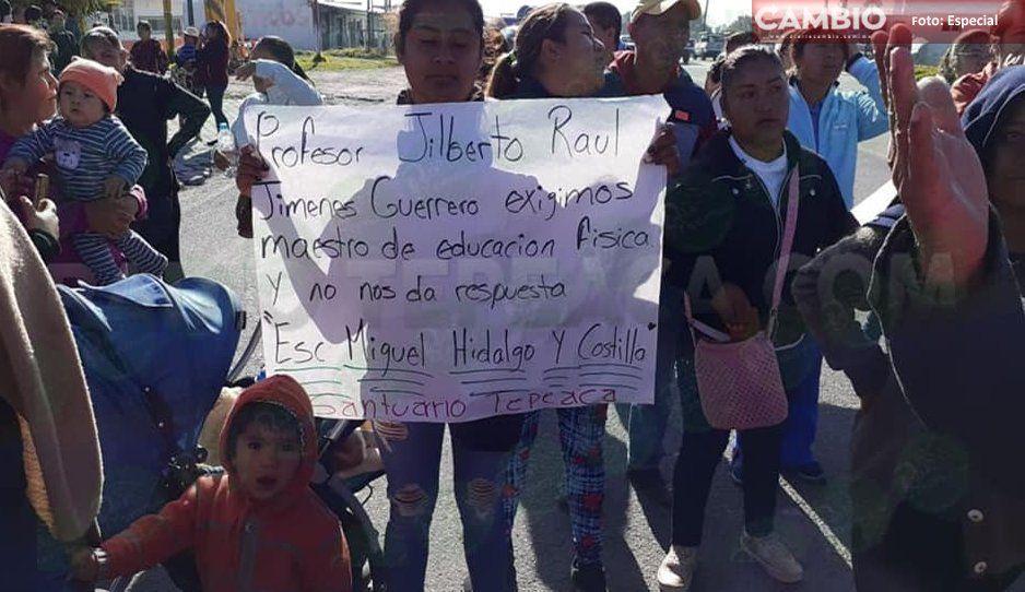 Padres de familia cierran carretera federal en Tepeaca; piden maestro de educación física
