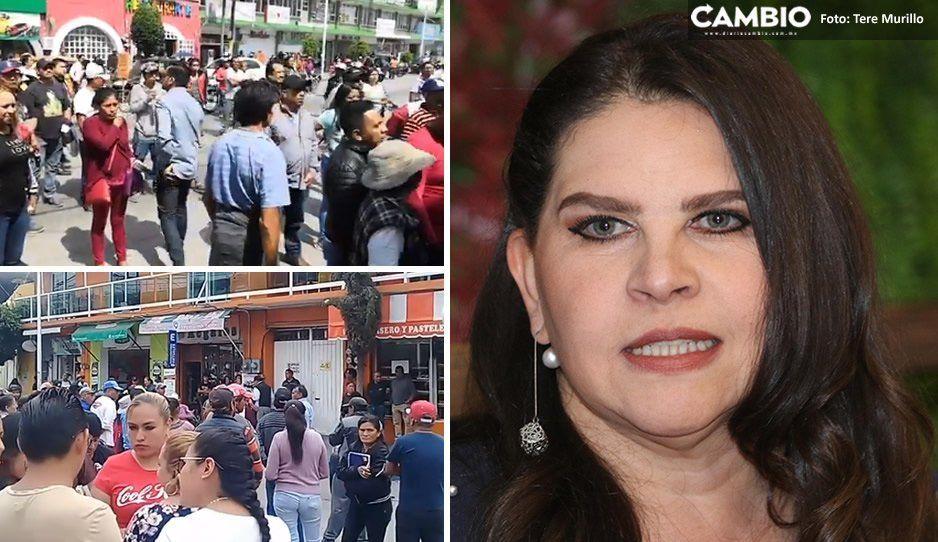 Pobladores retienen a Norma Layón y policías no pueden rescatarla en Texmelucan (VIDEO)