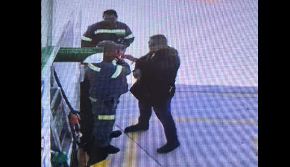 VIDEO: Así de fácil motoratotas atracan a despachadores de gasolina en la México-Puebla