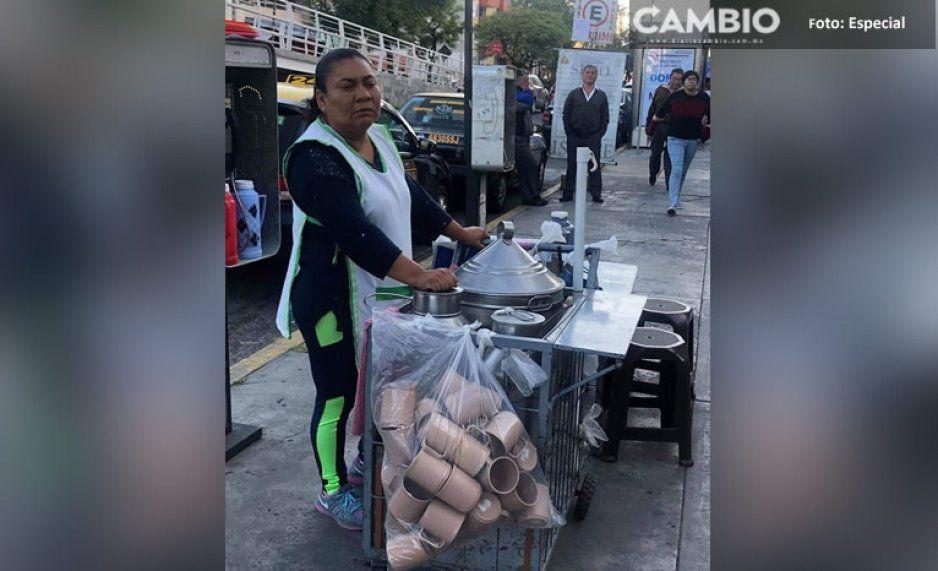 ¡Se hace viral! Señora de los tamales ofrece tazas de peltre para no contaminar