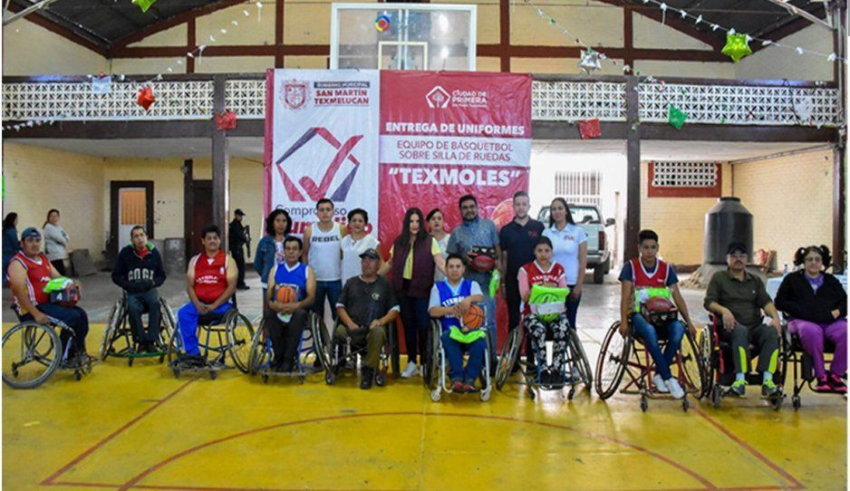 Norma Layón realiza entrega de uniformes al equipo de básquetbol sobre silla de ruedas Texmoles