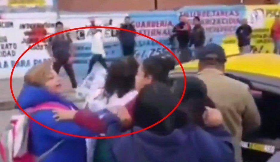 VIDEO: Señoras se agarran a golpes en pleno bloqueo de la 11 Sur