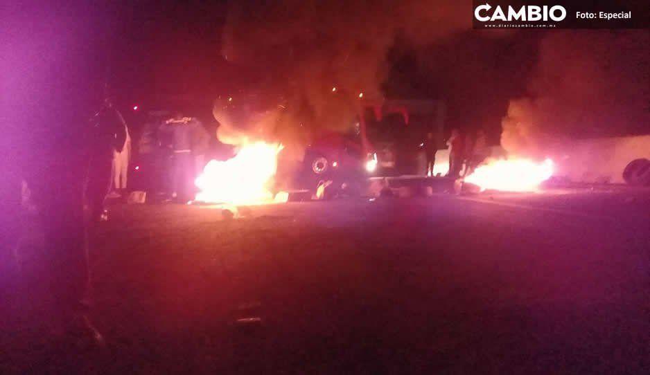 Pobladores cierran la autopista México-Puebla ante la detención de cuatro personas por parte de la Marina