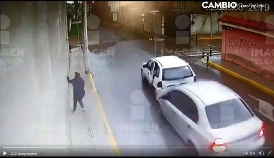 Héroe automovilista se percata de asalto en el Oxxo y embiste a ladrones armados (VIDEO)