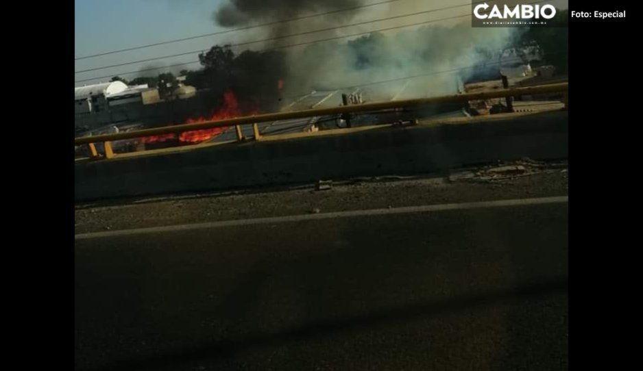 Se incendia almacén de cajas en la Central de Abasto en Huixcolotla