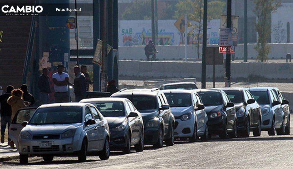 Choferes de taxis pirata riñen  por pasaje en calles de Atlixco