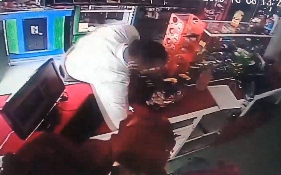 Rata trajeada atraca negocios en Texmelucan: roba desde celulares hasta ropa cara para vestirse (VIDEO)