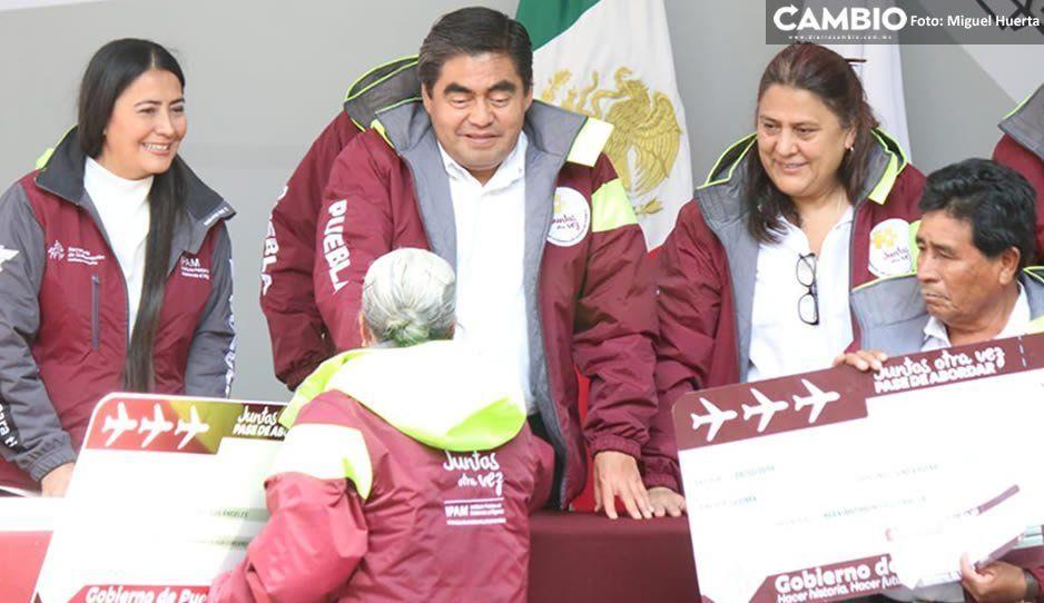 Encabeza Barbosa entrega de apoyos para que abuelitos se reúnan con sus familiares en EU