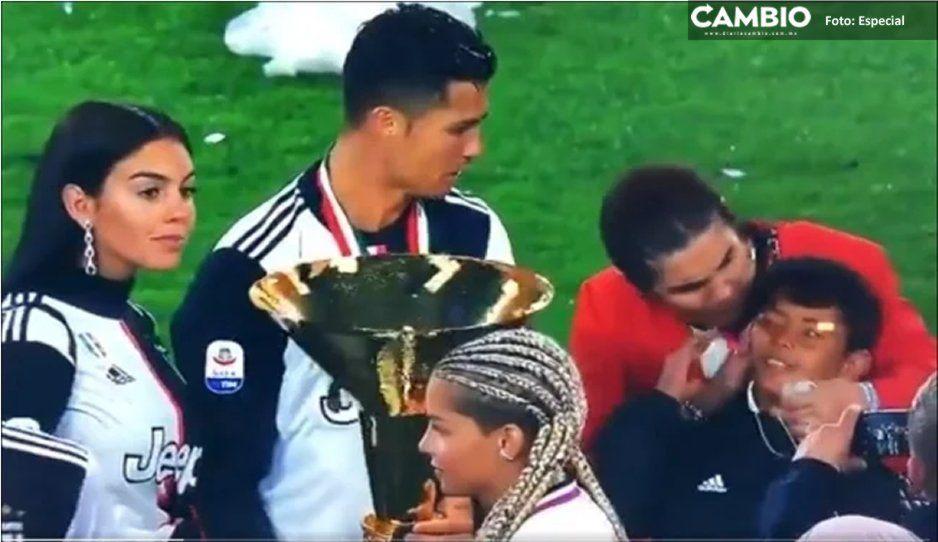 Tremendo trancazo le da Cristiano Ronaldo a su hijo con el trofeo de la Serie A (VIDEO)