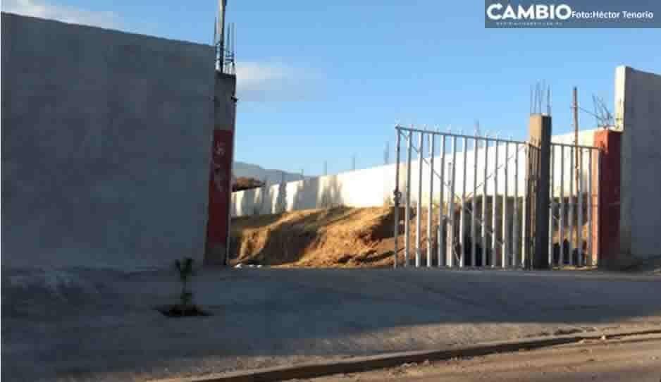 Camión de basura tira rejas de bachillerato Octavio Paz y lesiona a una menor en Tlahuapan