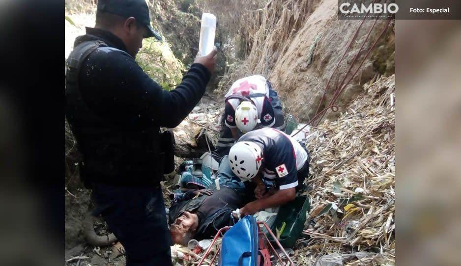 Rescatan a señor de la tercera edad que cayó a barranca en Tlalancaleca