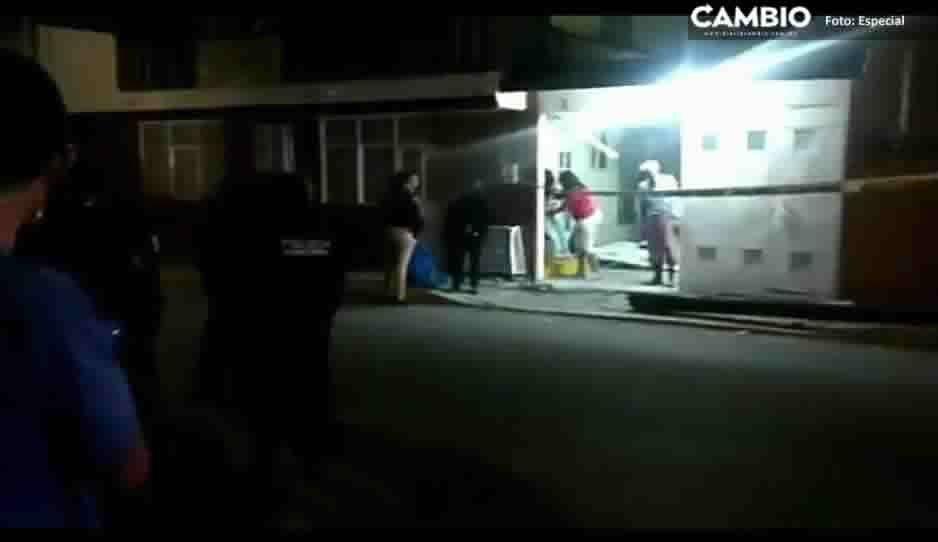 Vehículo se impacta contra portón y poste de luz en Loma Encantada