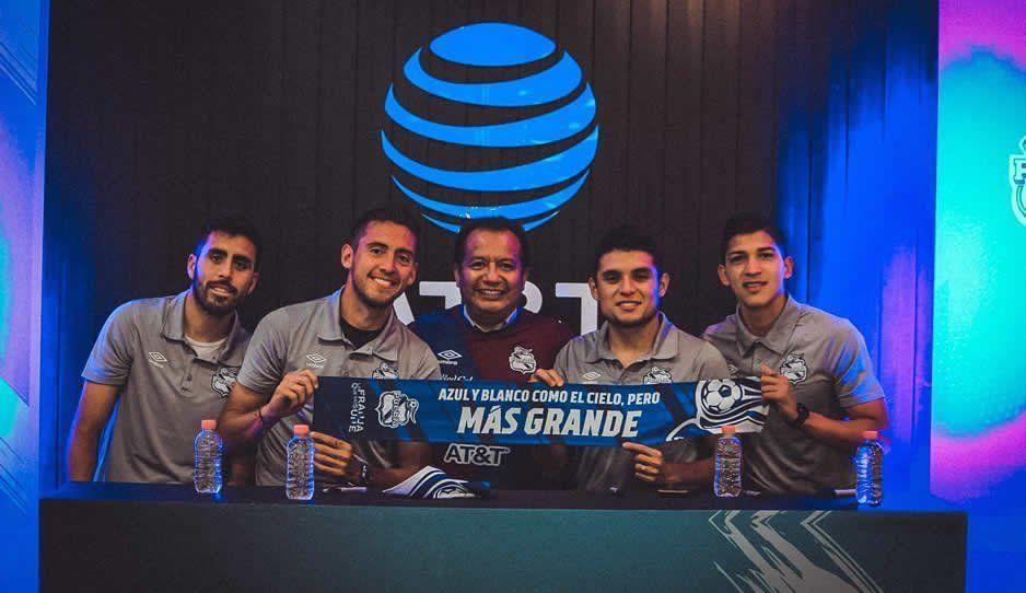 Estrellas del Puebla firman autógrafos en Huexotitla