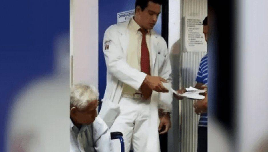 ¡Ay doctor! Sensual médico del IMSS enciende las redes con su impresionante cuerpo (FOTOS)