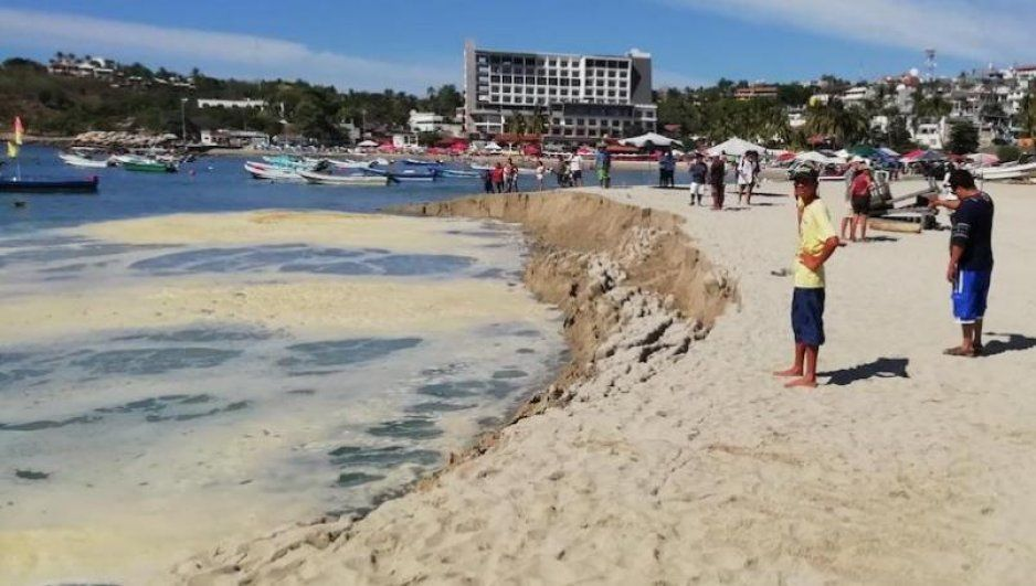 Playa de Puerto Escondido se hunde por efecto de marea alta (VIDEO)