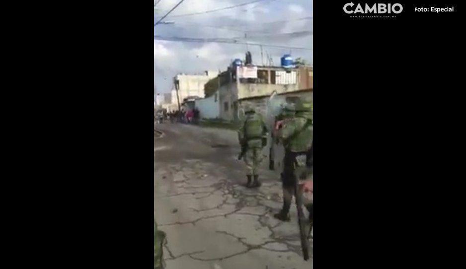 Huachicoleros reciben a pedradas a  militares en San Martín Texmelucan