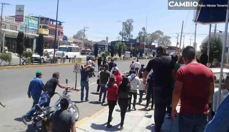 Comerciantes ambulantes bloquean accesos a Texmelucan; exigen remodelación de calles