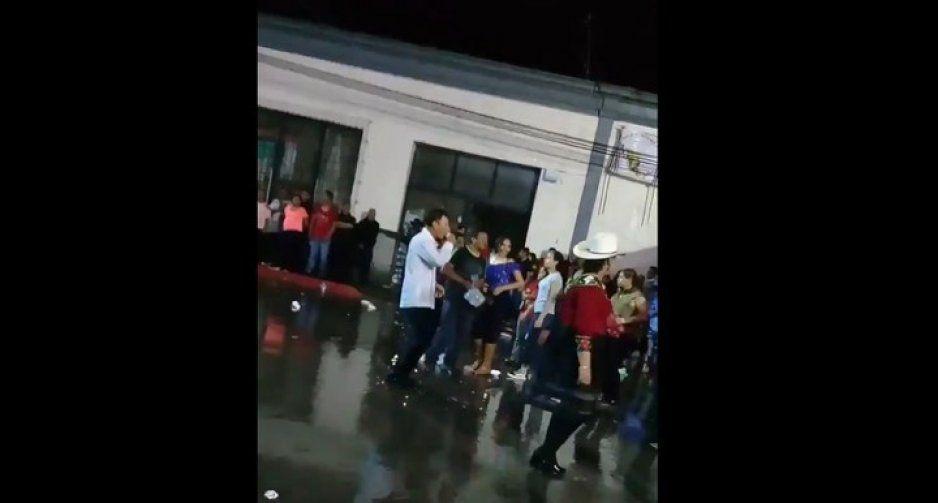 Así fue la borrachera del edil de Chiautla #JuanitoTraguitos tras dar el grito (VIDEO)