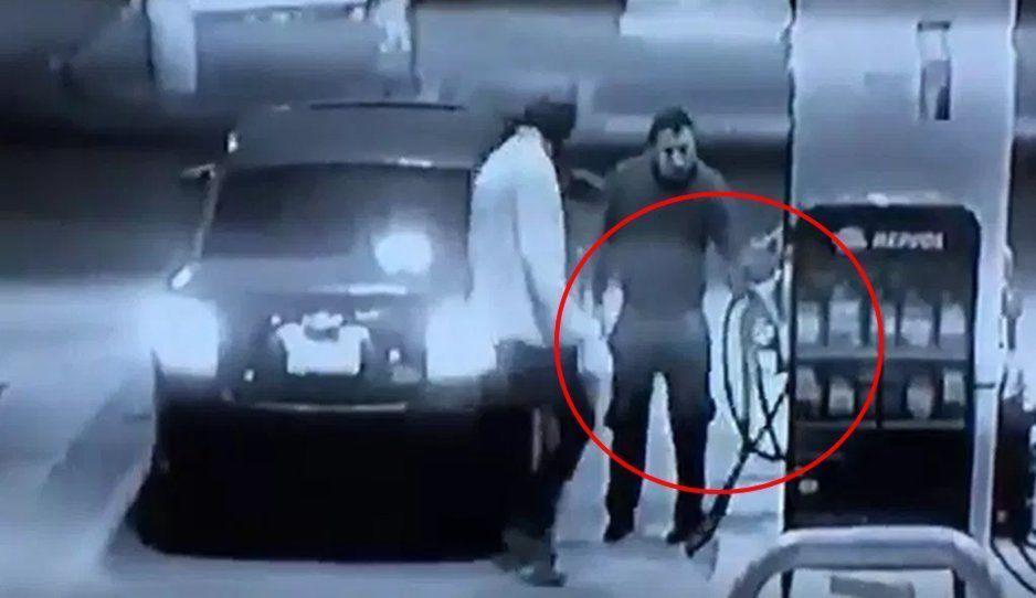Despachador de gasolina se defiende a manguerazos de un asalto (VIDEO)