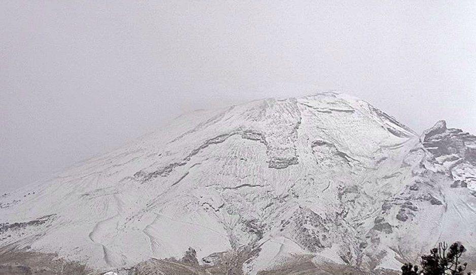 No son los Alpes suizos, es el Popocatépetl pintado de blanco por el Frente Frío (FOTOS y VIDEO)