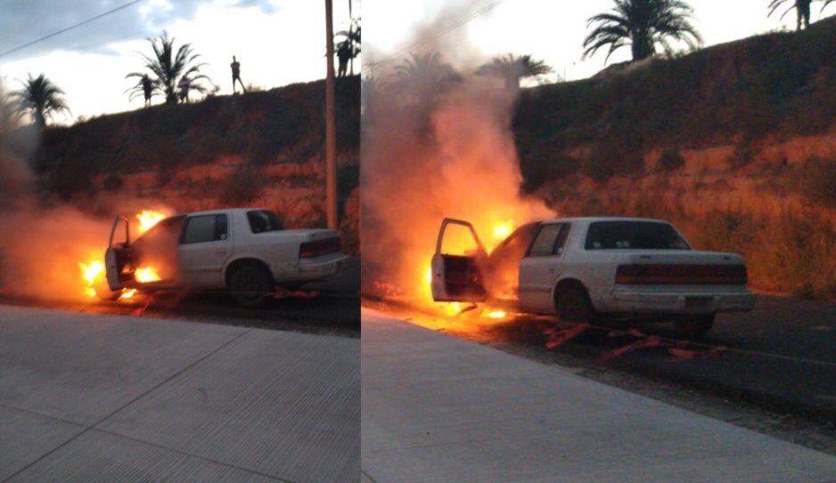 ¡De película! Automóvil se incendia frente a La Vista