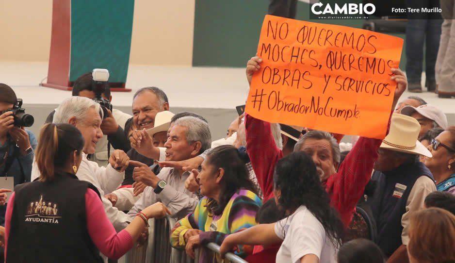 Protestas reciben a López Obrador durante gira por San Martín Texmelucan y Atlixco