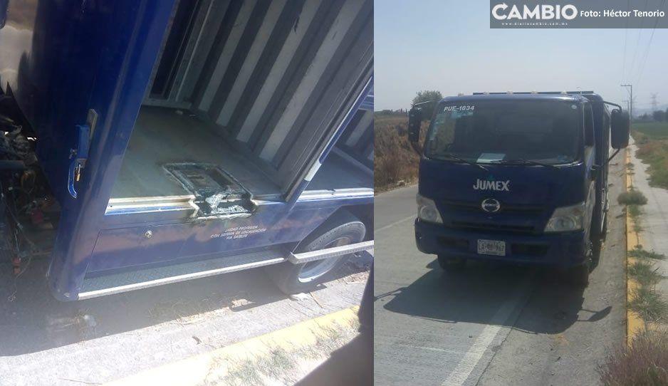 Ladrones vacían y abandonan camioneta de Jumex en Texmelucan
