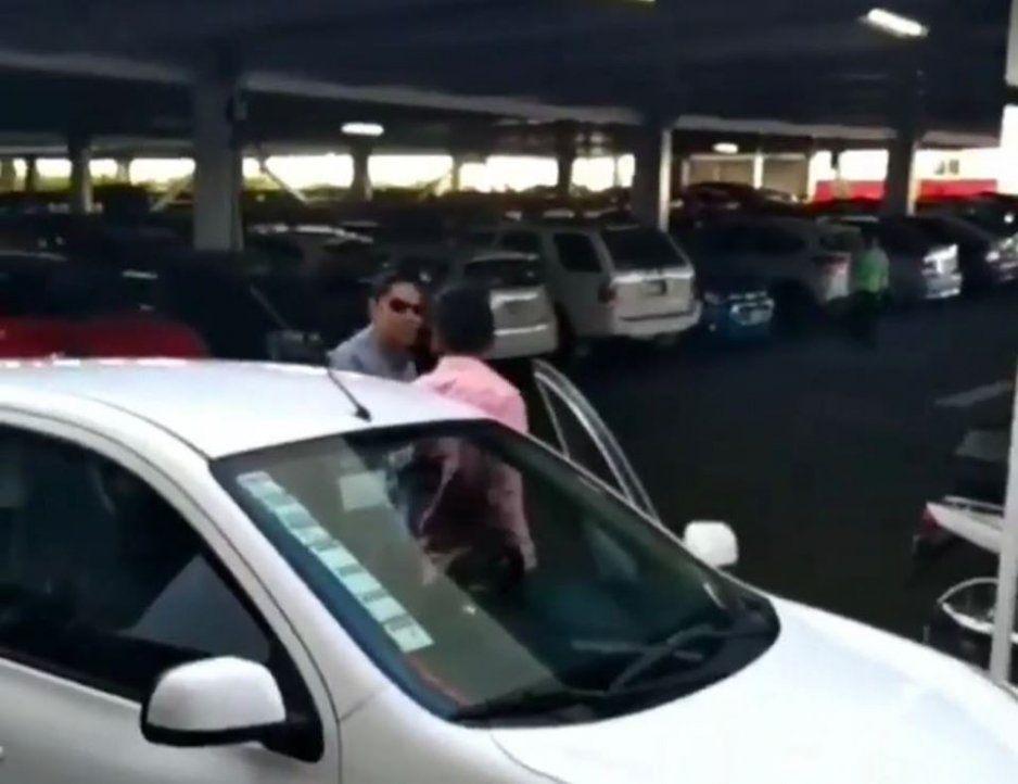 Taxistas siguen de léperos contra Uber y Didi; ahora en Plaza Crystal agreden a chofer