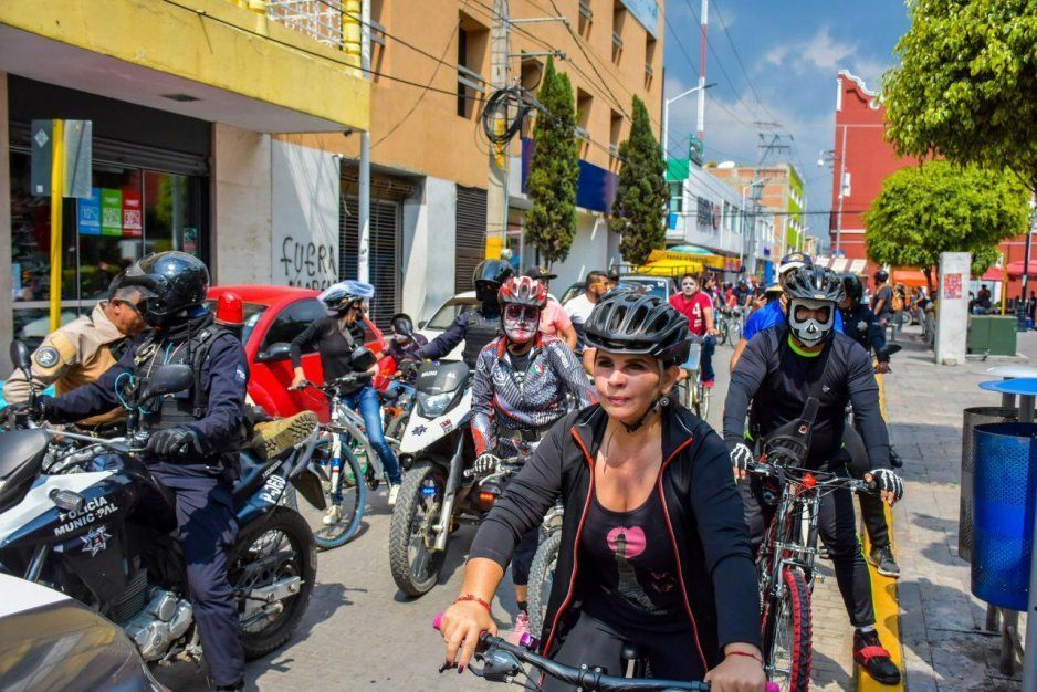 Alcaldesa Norma Layón sufre chusca caída  en rodada de catrinas en Texmelucan (VIDEO)