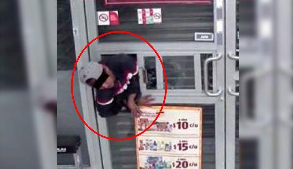 Mil maneras de robar: Se metieron por la ventanita del Oxxo para llevarse el efectivo y hasta los cigarros