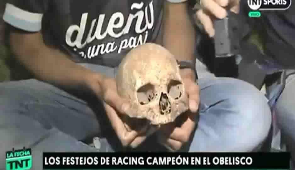Aficionado loco: festeja con el cráneo de su abuelo el título de Racing